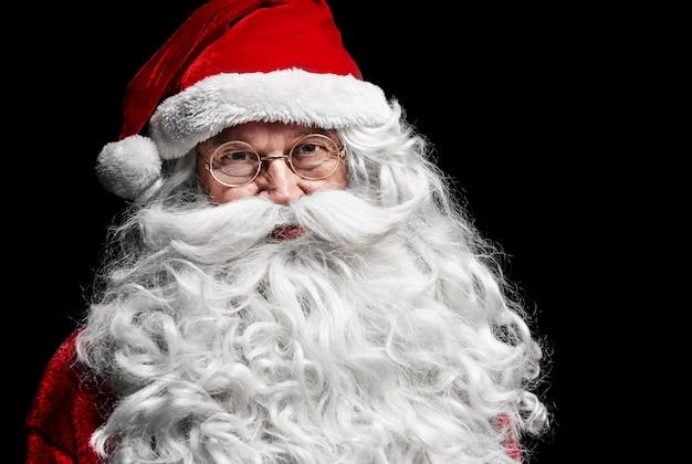 Porträt des ernsten weihnachtsmanns, der aufwirft
