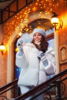Porträt des erstaunlichen mädchens gehend auf die feiertagsstadt