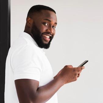 Porträt des erwachsenen männlichen lächelns