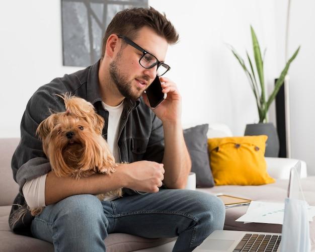 Porträt des erwachsenen mannes, der am telefon spricht