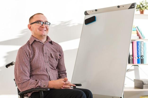 Porträt des erwachsenen mannes, der im büro arbeitet