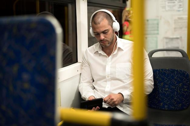 Porträt des erwachsenen mannes, der musik hört