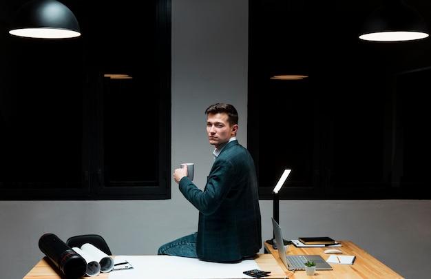 Porträt des erwachsenen mannes, der nachts arbeitet