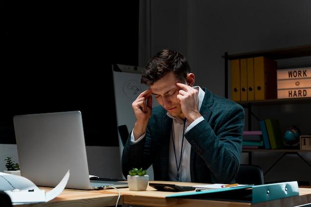 Porträt des erwachsenen mannes, der sich konzentriert, um nachts zu arbeiten