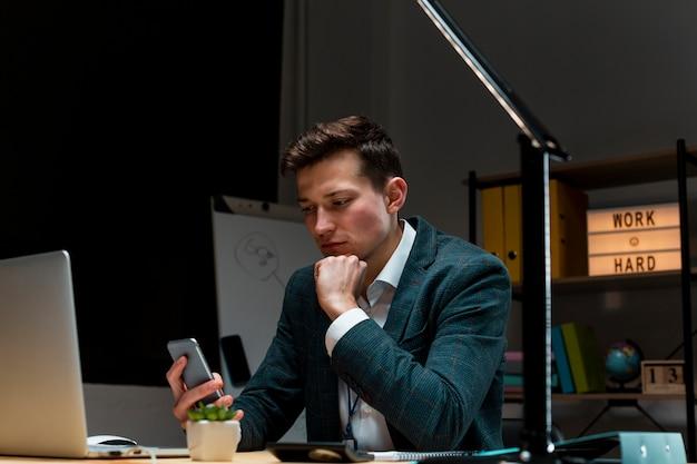 Porträt des erwachsenen mannes, der von zu hause aus arbeitet