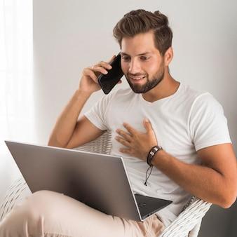 Porträt des erwachsenen mannes, der zu hause arbeitet