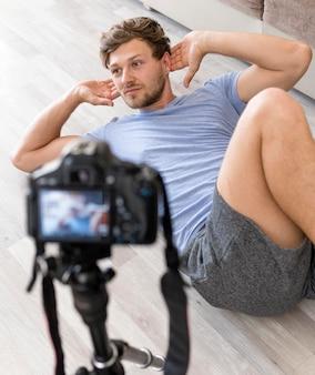 Porträt des erwachsenen mannes, der zu hause trainiert