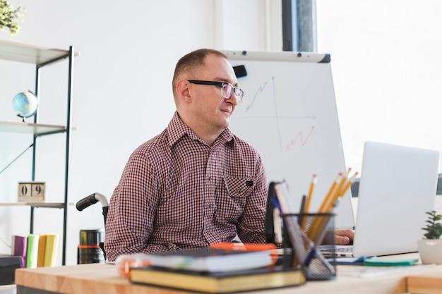 Porträt des erwachsenen mannes im büro