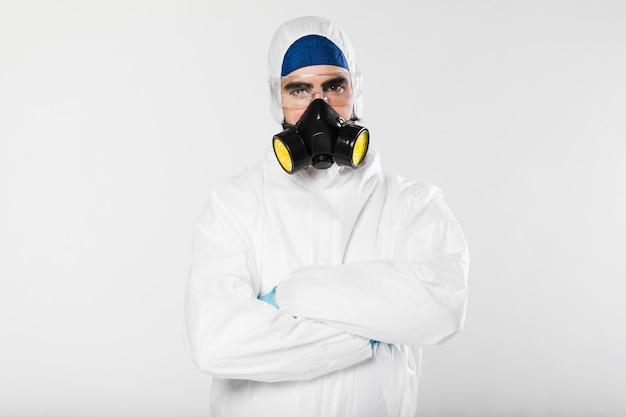 Porträt des erwachsenen mannes mit gesichtsmaske