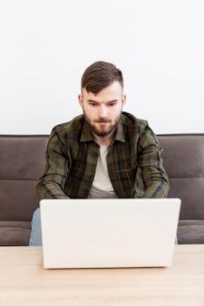 Porträt des erwachsenen unternehmers, der von zu hause aus arbeitet