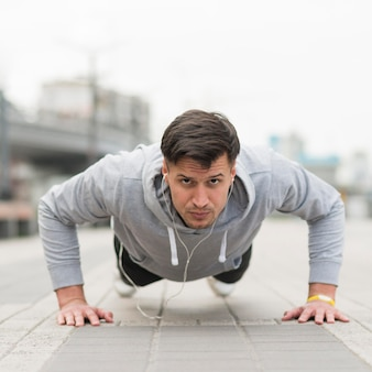 Porträt des fit-männertrainings im freien