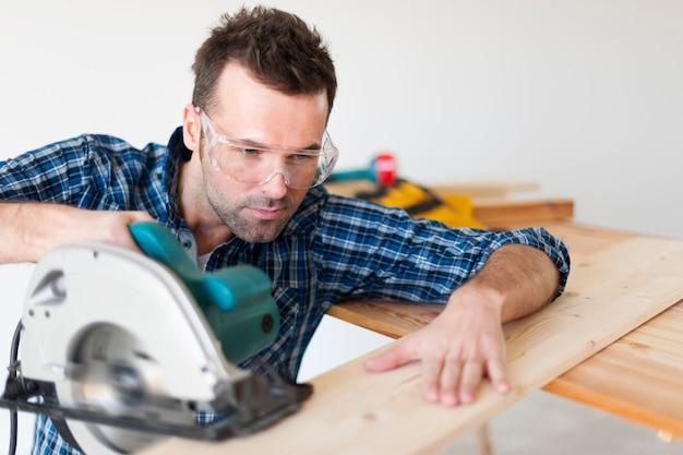Porträt des fokussierten zimmermanns bei der arbeit