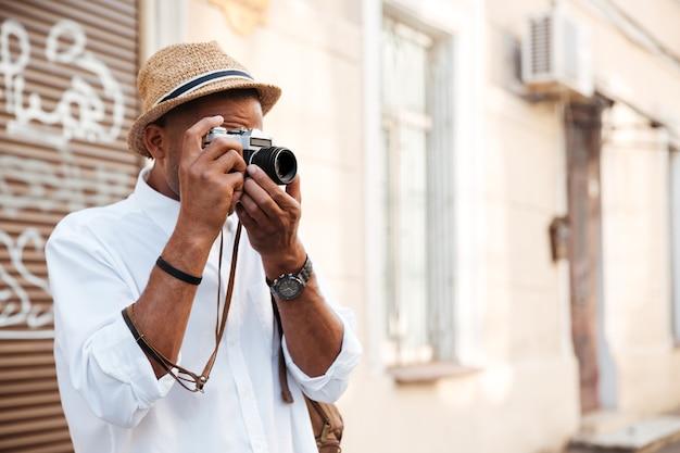 Porträt des fotografen auf der straße mit kamera