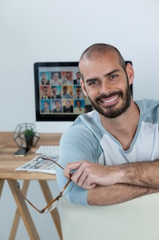 Porträt des fotografen, der in die kamera lächelt