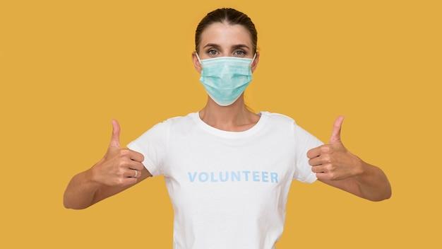 Porträt des freiwilligen, der gesichtsmaske trägt