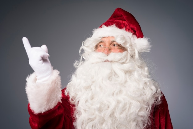 Porträt des freundlichen weihnachtsmannes