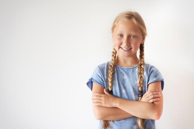 Porträt des fröhlichen blonden haarmädchens