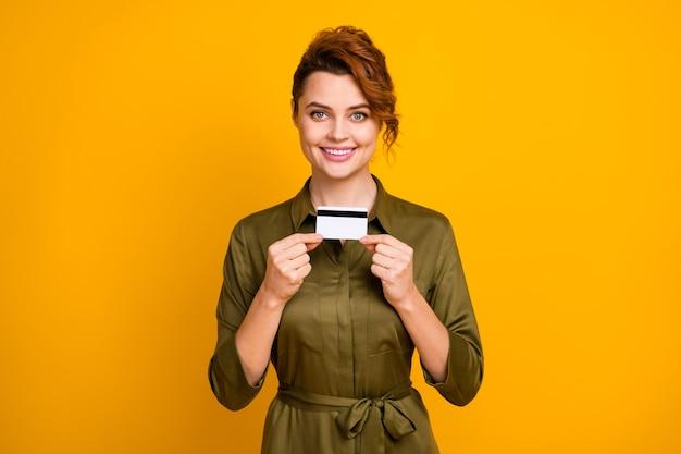 Porträt des fröhlichen mädchens, das in den händen bankkarte hält