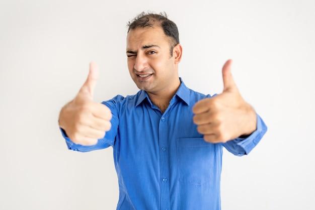 Porträt des frustrierten mittleren erwachsenen managers, der kopf in den händen hält
