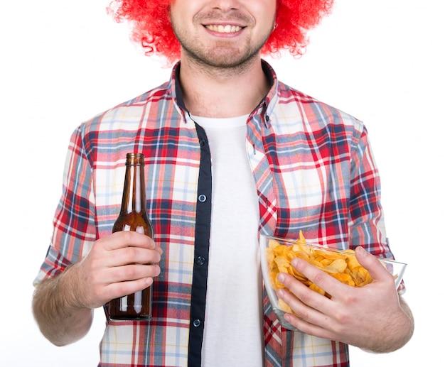 Porträt des fußballfans mit chips und bier.