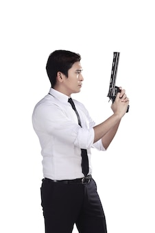 Porträt des geheimagenten, der eine gewehr hält