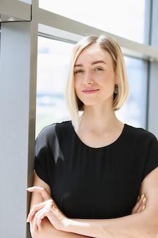 Porträt des geschäfts der jungen schönen blonden frau