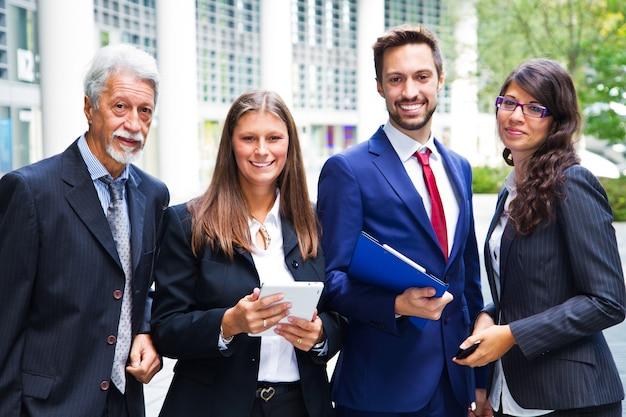 Porträt des geschäfts team outside office