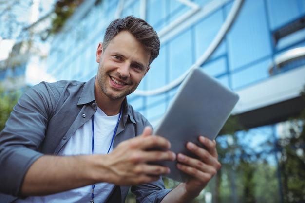 Porträt des geschäftsführers unter verwendung des digitalen tablets
