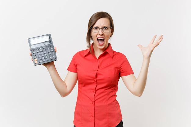 Porträt des geschäftslehrers oder der buchhalterfrau im roten hemd, gläser, die den taschenrechner in den händen lokalisiert auf weißem hintergrund halten. bildungslehre an der high school university, buchhaltungszählungskonzept.