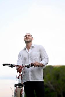 Porträt des geschäftsmannes, der glücklich ist, fahrrad zu fahren