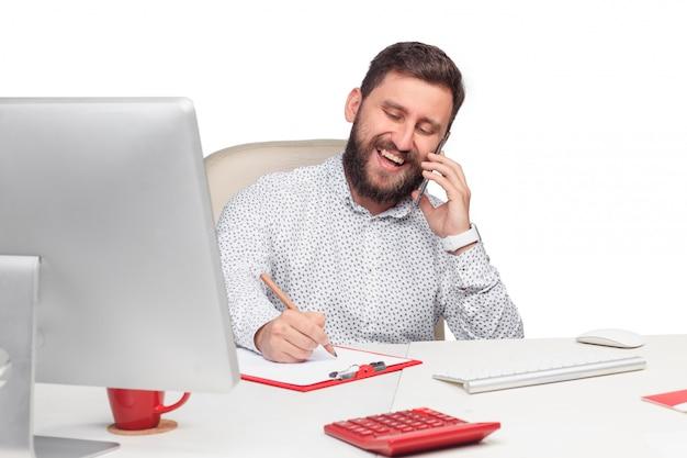 Porträt des geschäftsmannes sprechend am handy im büro