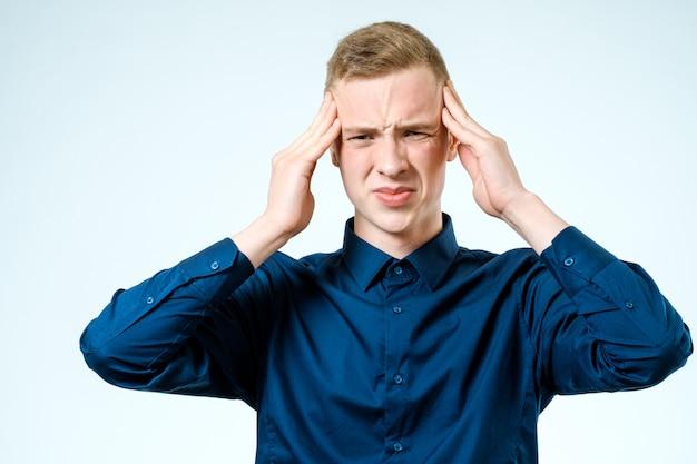 Porträt des gestressten jungen mannes isoliert