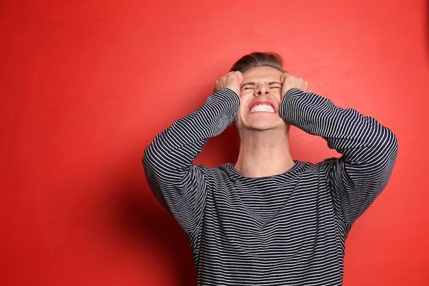 Porträt des gestressten jungen mannes