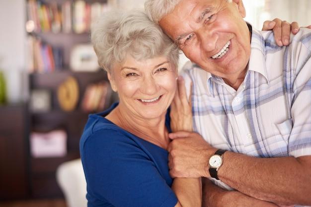 Porträt des glücklichen älteren paares in den armen