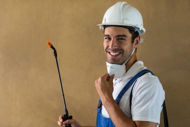 Porträt des glücklichen arbeiters mit pestizid