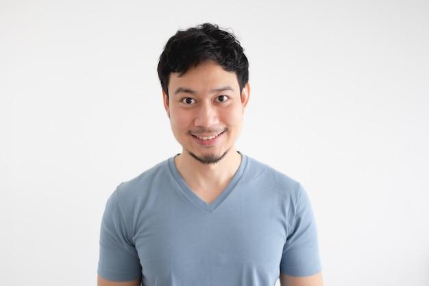 Porträt des glücklichen asiatischen mannes im blauen t-shirt auf lokalisiertem weißem hintergrund.