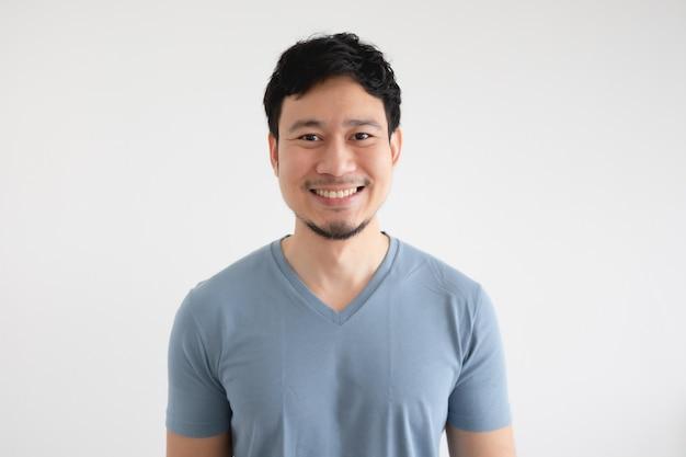 Porträt des glücklichen asiatischen mannes im blauen t-shirt lokalisiert