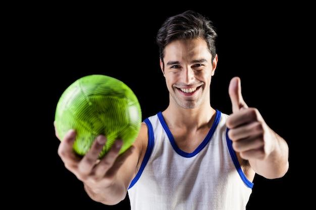 Porträt des glücklichen athleten daumen zeigend