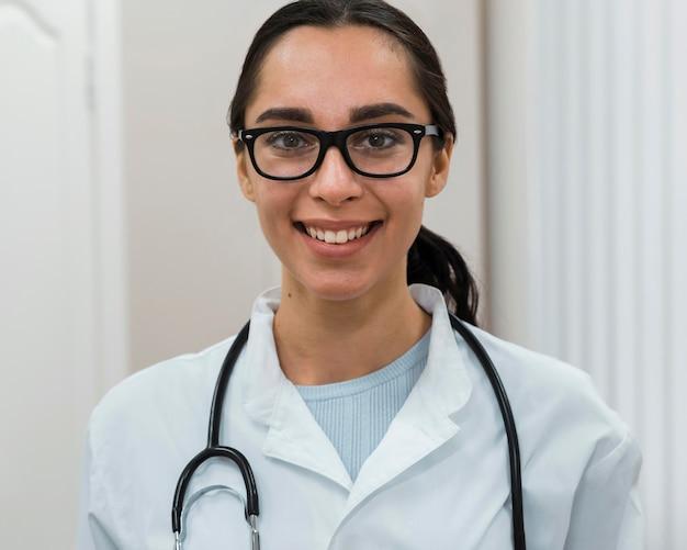 Porträt des glücklichen doktors, der brille trägt