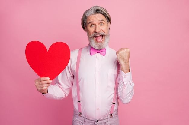 Porträt des glücklichen fröhlichen mannes, der in den händen großes großes herz hält