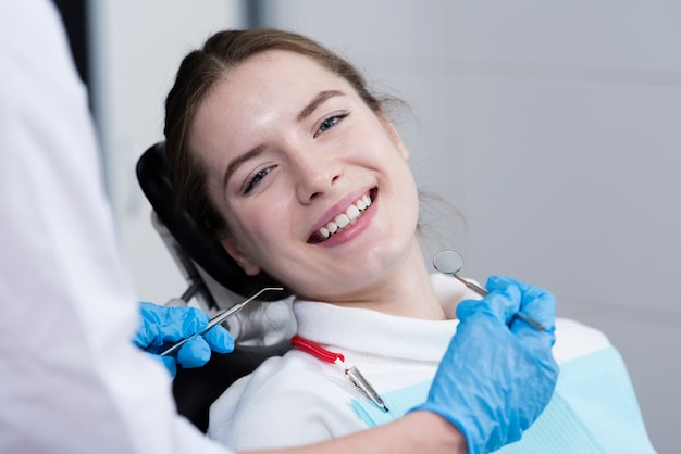 Porträt des glücklichen geduldigen patienten am zahnarzt