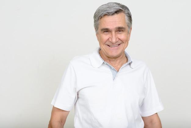 Porträt des glücklichen gutaussehenden älteren mannes lächelnd