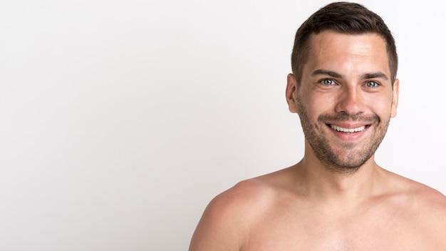 Porträt des glücklichen hemdlosen mannes gegen weißen hintergrund
