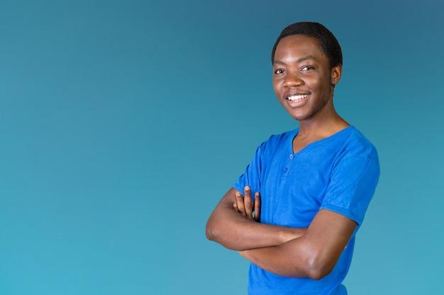 Porträt des glücklichen jungen afrikanischen mannes