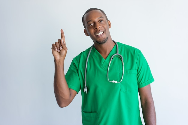Porträt des glücklichen jungen afroamerikanerdoktors, der idee hat.