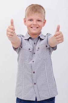 Porträt des glücklichen jungen, der daumen hoch geste zeigt