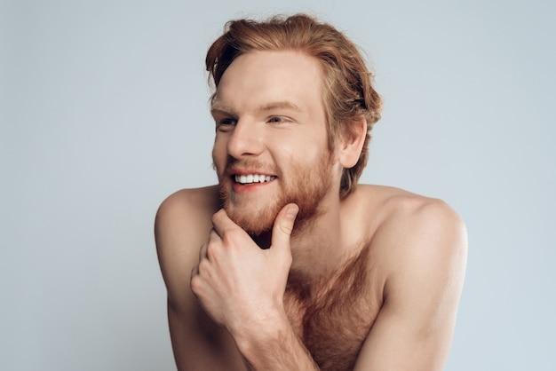 Porträt des glücklichen jungen mannes isoliert