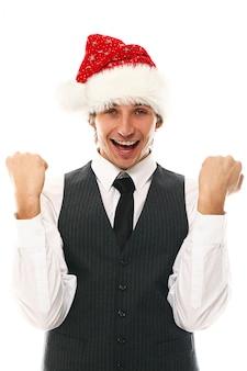 Porträt des glücklichen jungen mannes mit weihnachtsmütze