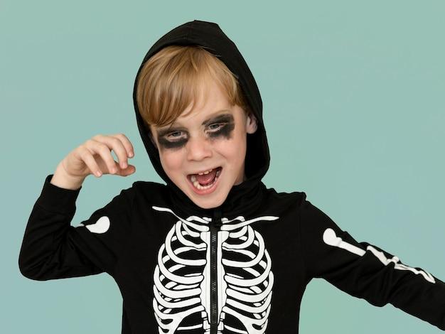 Porträt des glücklichen kindes im halloween-kostüm