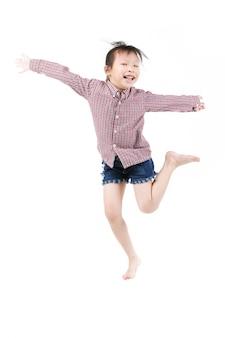 Porträt des glücklichen kleinen asiatischen kinderspringens lokalisiert auf weiß